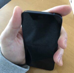 片手でiPhone12miniを持ったところ